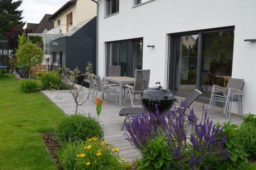 gartengestaltung germann speyer sitzplatz mit wasserspiel. Black Bedroom Furniture Sets. Home Design Ideas